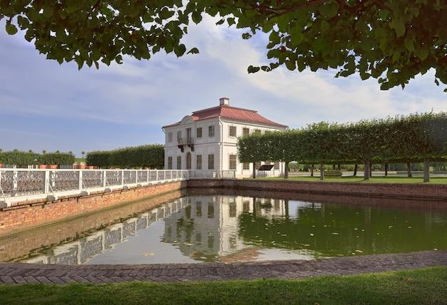 Niżny park pałac marly w odbiciu na powierzchni wody architektury klasycznej