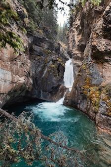 Niższe wodospady płynące w kanionie johnston w parku narodowym banff, alberta, kanada