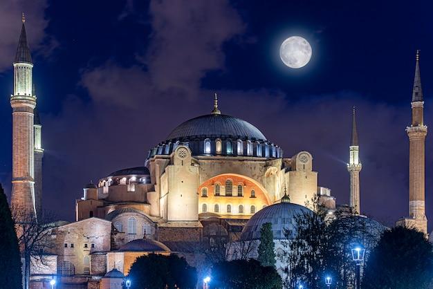 Noc nad hagia sophia lub hagia sophia kościół świętej mądrości w stambule, turcja