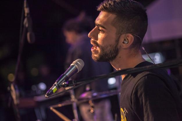 Noc piosenkarzy na żywo w centrum uwagi
