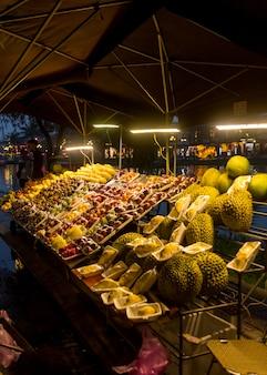 Noc rynku wietnamu żywności ulicy z owocami