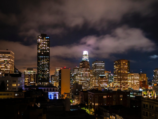 Noc san francisco skyline i krajobraz z drapaczami chmur