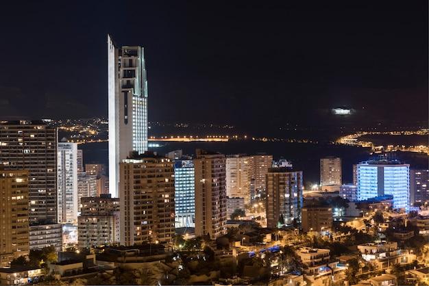 Noc scena benidorm pejzaż miejski, walencja, hiszpania.