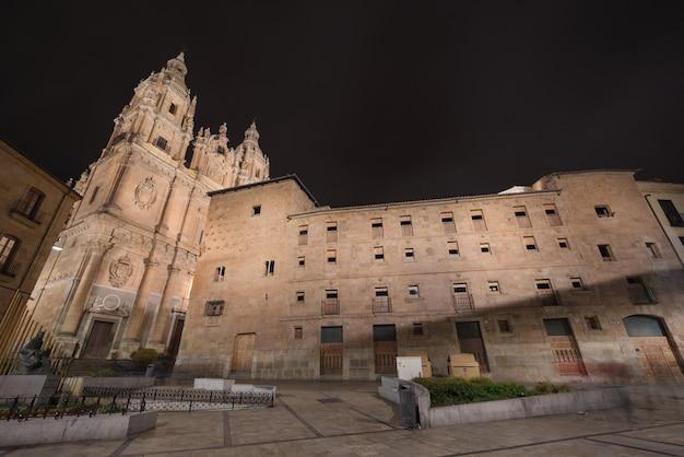 Noc scena clerecia kościół i casa de las conchas przy nocą, punkt zwrotny w salamanca, sp