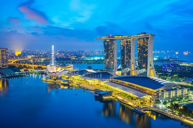 Noc singapur miasta linia horyzontu z widokiem marina zatoka