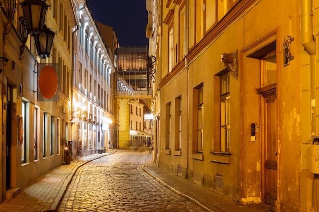Noc ulica na starym mieście w rydze, łotwa