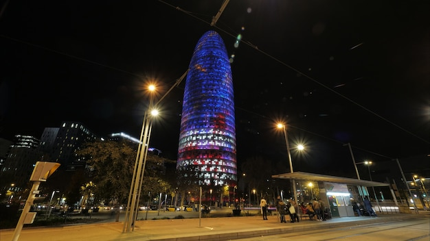 Noc w barcelonie z podświetlanym torre agbar hiszpania