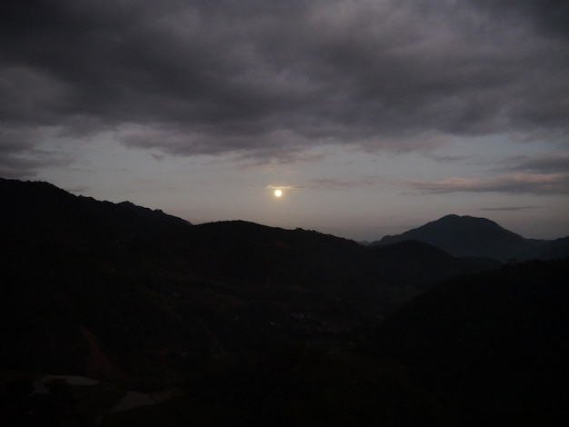 Noc w górach w banaue, filipiny
