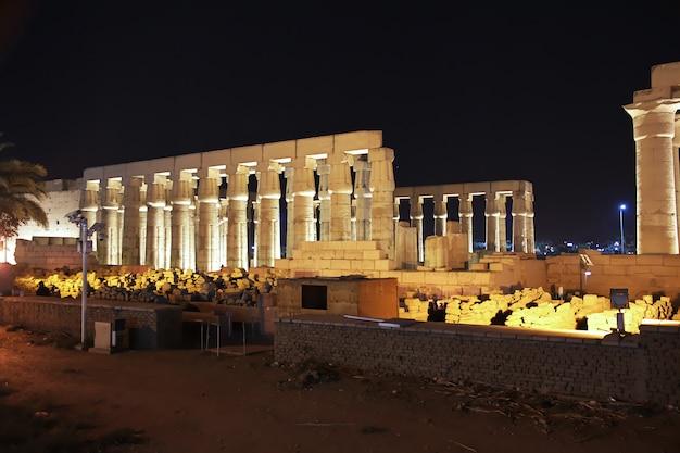 Noc w starożytnych świątyniach luksoru w egipcie