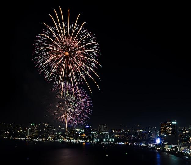 Noc widok i fajerwerk przy pattaya plażą, tajlandia