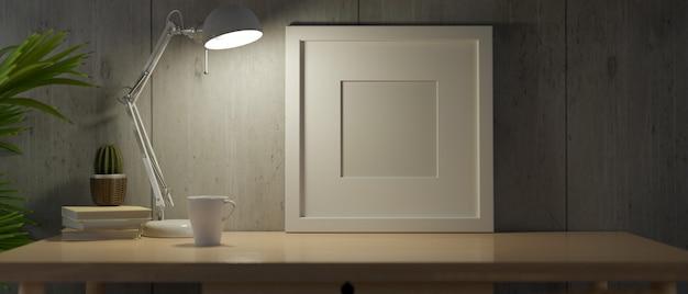Nocą biała ramka makieta ze światłem z lampy stołowej na biurku z dekoracją ciemny narożnik domu