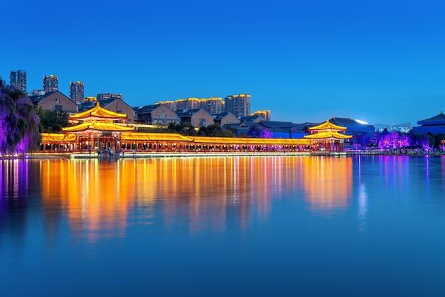 Nocą starożytne budowle nad jeziorem, xi'an, shaanxi, chiny.
