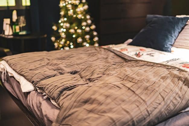 Nocna ciemna sypialnia. łóżko lub para w domu