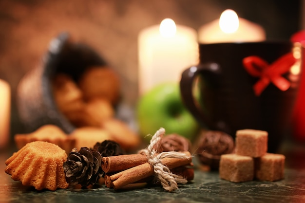 Nocna filiżanka herbaty ze świecą i jabłkiem
