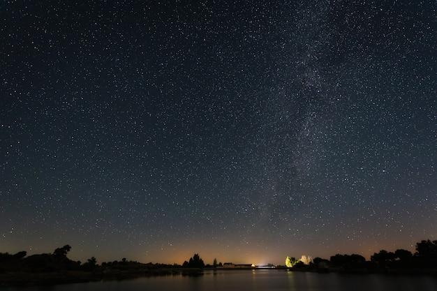 Nocna fotografia w naturalnym obszarze barruecos. estremadura. hiszpania.