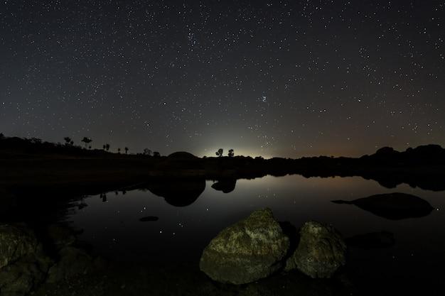 Nocna fotografia w naturalnym obszarze barruecos. extremadura. hiszpania.