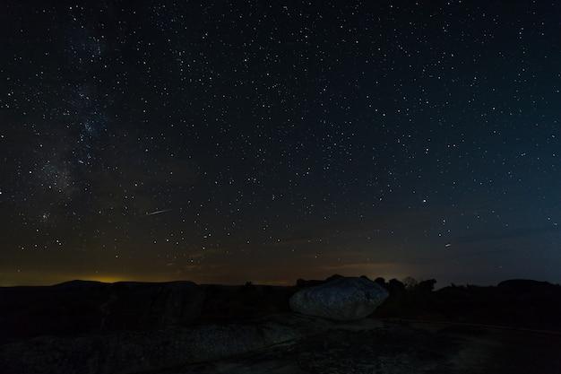 Nocna fotografia w naturalnym obszarze barruecos.
