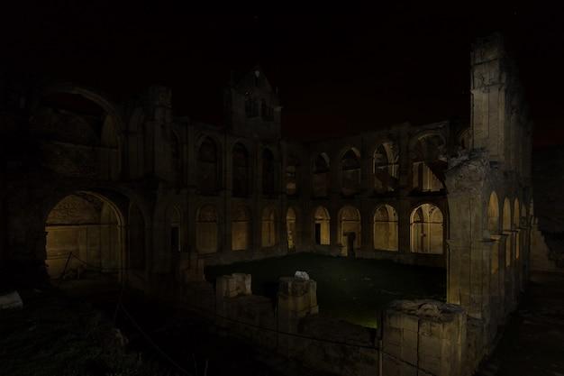 Nocna fotografia w ruinach klasztoru santa maria de rioseco. hiszpania.