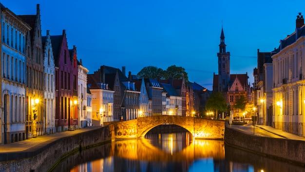 Nocna panorama brugii, belgia