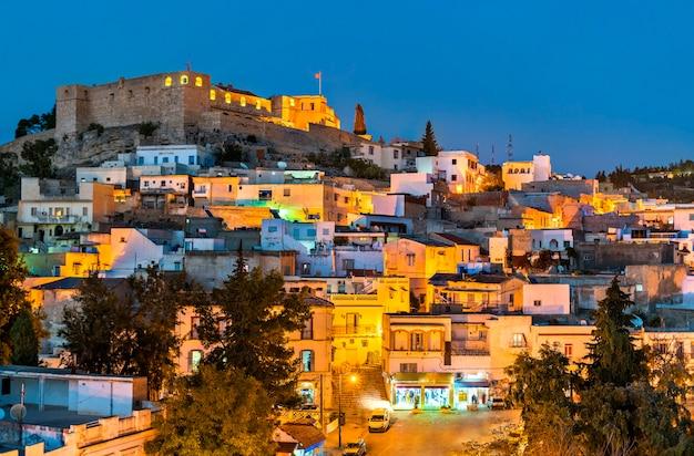 Nocna panorama el kef, miasta w północno-zachodniej tunezji. afryka północna