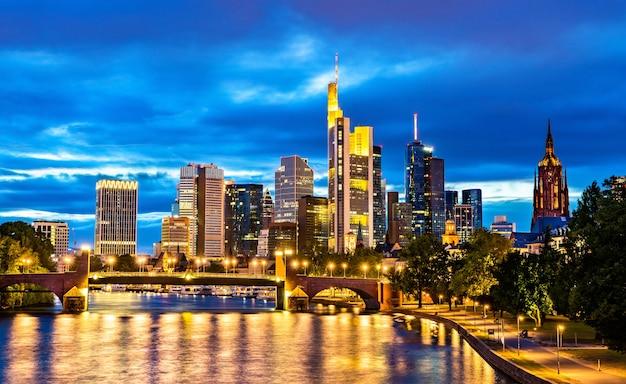 Nocna panorama frankfurtu nad menem w niemczech