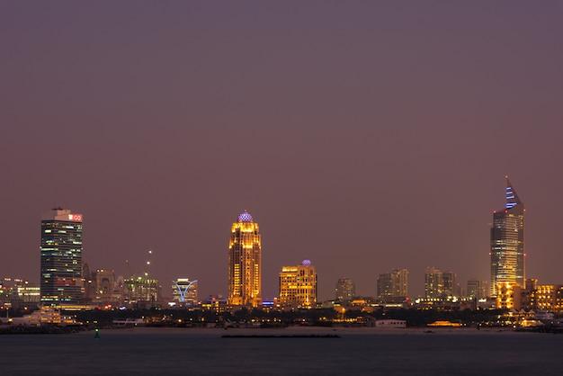 Nocna panorama miasta dubaj, zjednoczone emiraty arabskie