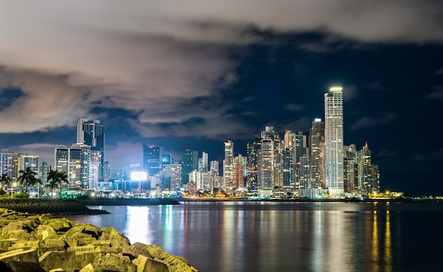 Nocna panorama miasta panama, ameryka środkowa