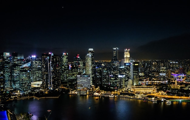 Nocna panorama singapuru. wieżowce nocą. biznesowa część miasta w nocy.