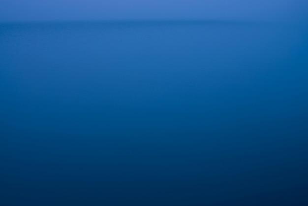 Nocna powierzchnia wody we mgle.