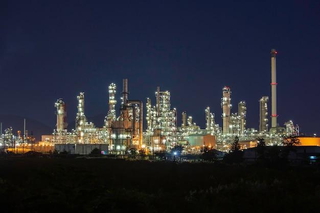 Nocna scena rafinerii ropy naftowej i elektrowni przemysłu petrochemicznego o zmierzchu