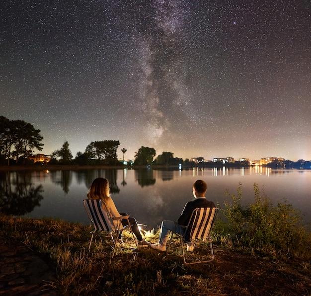 Nocne biwakowanie nad jeziorem