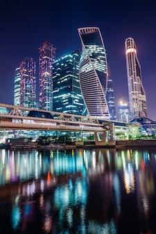 Nocne centrum biznesowe moskwa ze światłami