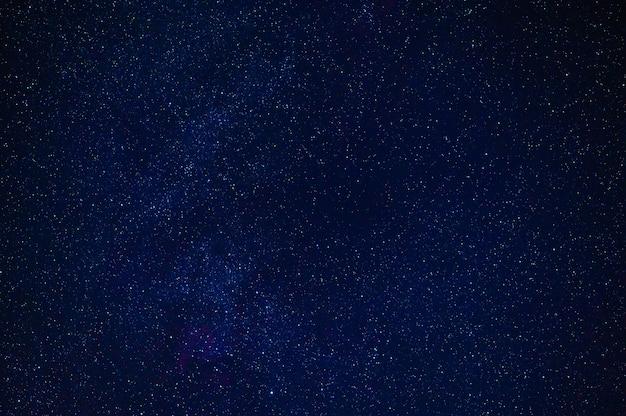 Nocne gwiaździste niebo z gwiazdami, konstelacjami, mgławicami i galaktykami w nocy. streszczenie ciemnoniebieskie tło