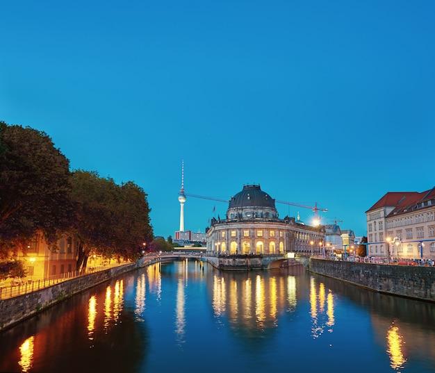 Nocne iluminacje wyspa muzeów w berlinie, niemcy