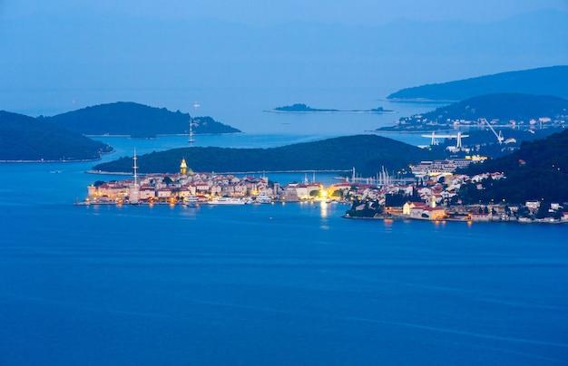 Nocne lato wioska i wyspa korcula. widok z półwyspu peljesac, chorwacja.