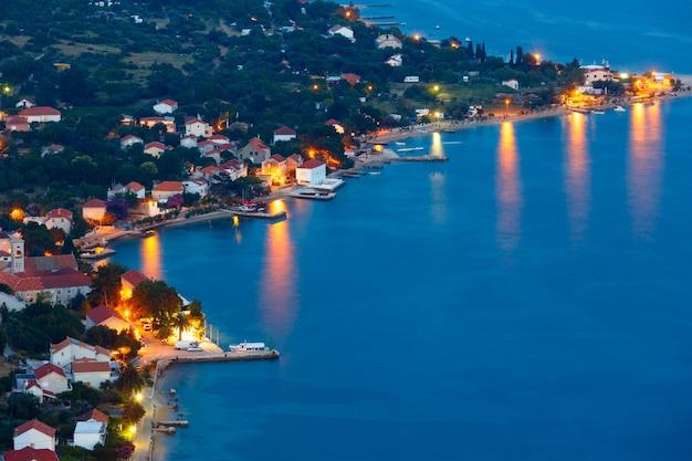 Nocne lato wioska viganj na wybrzeżu (półwysep peljełac, chorwacja).