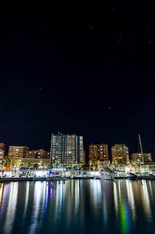 Nocne miasto przybrzeżne