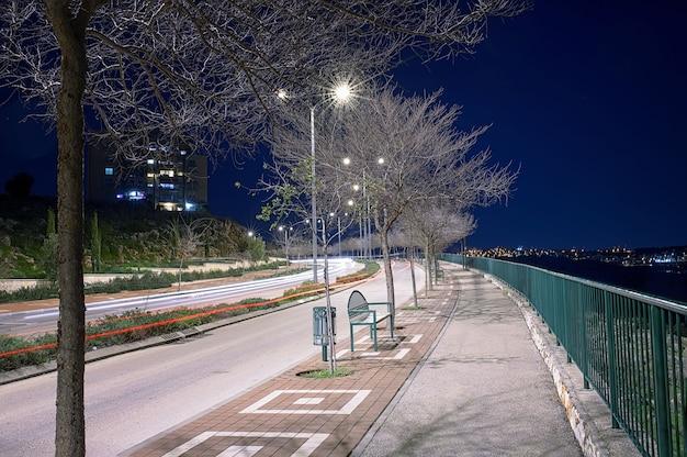 Nocne miasto z piękną oświetloną ulicą