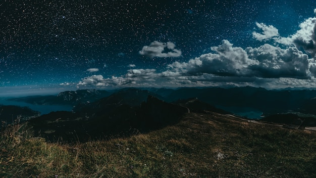 Nocne niebo nad górami