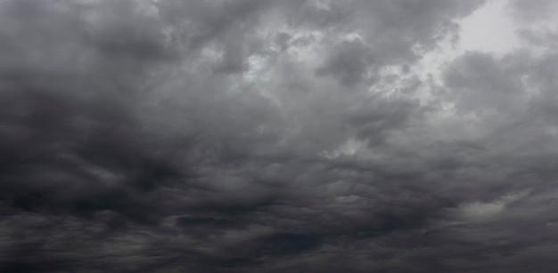 Nocne niebo pokrywają czarne chmury burzowe.