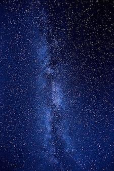 Nocne niebo w górach. droga mleczna. miliony gwiazd