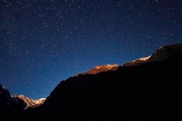 Nocne niebo w górach, droga mleczna