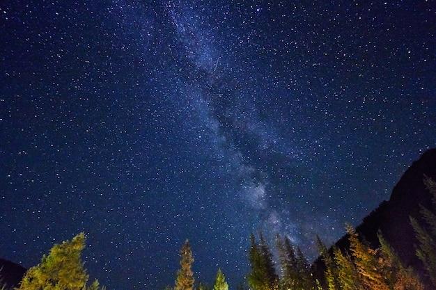 Nocne niebo w górach. gwiazdki drogi mlecznej