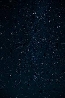 Nocne niebo z gwiazdami i drogą mleczną