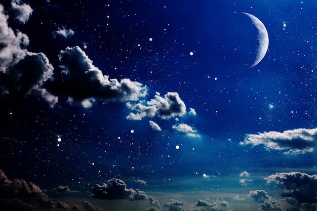 Nocne niebo z gwiazdami i księżycem