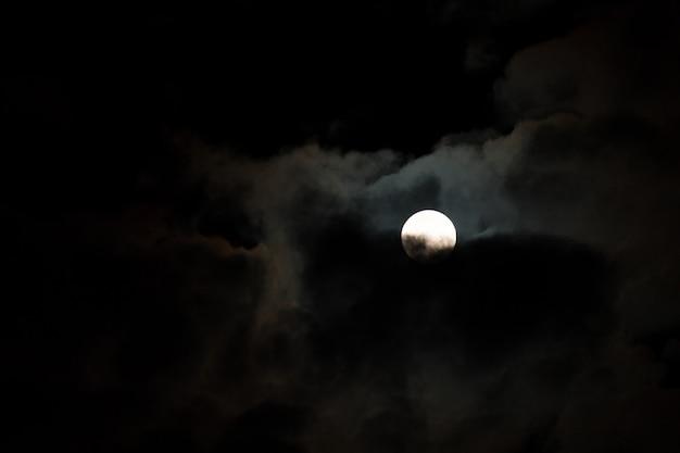 Nocne niebo z gwiazdami, księżycem i chmurą