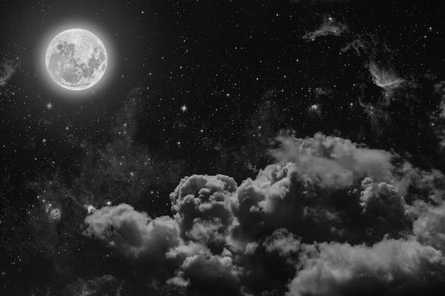 Nocne niebo z gwiazdami, księżycem i chmurami.