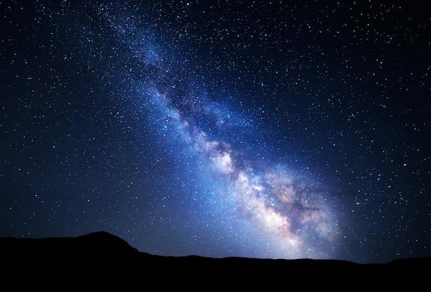 Nocne niebo z gwiazdami w górach