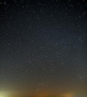 Nocne niebo z jasną gwiazdą drogi mlecznej