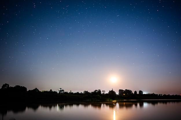 Nocne niebo z mnóstwem błyszczących gwiazd naturalne tło astro zamazany i miękki obraz
